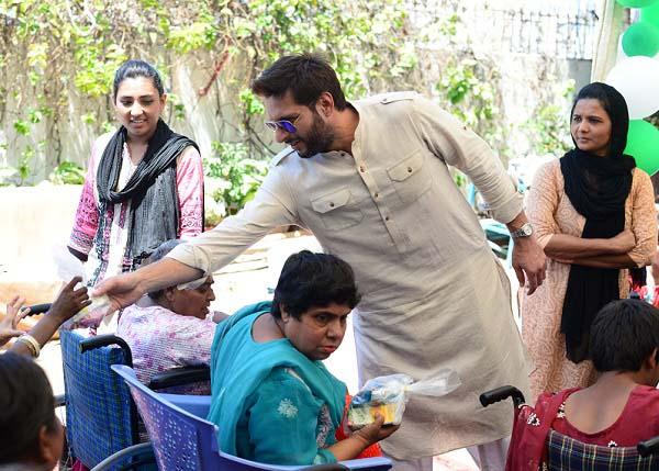 Shahid Afridi shaking hands