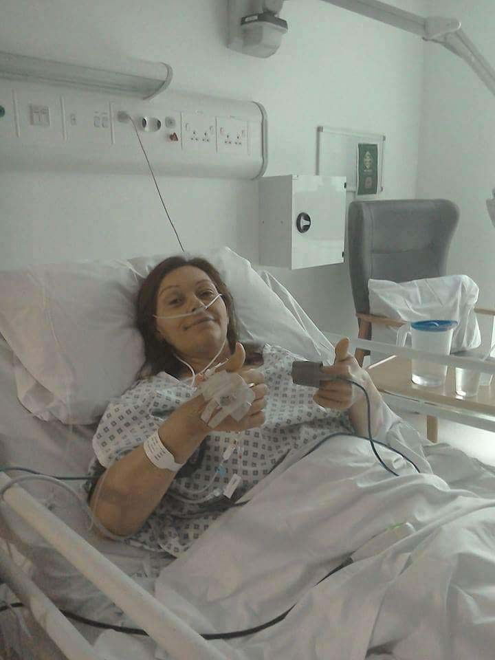 Tracey Cossavella giving a thumbs up after transplant