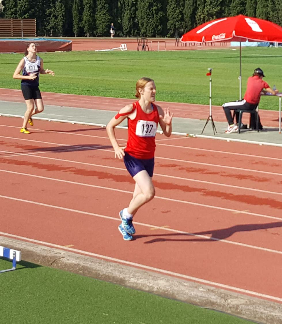 Pippa Mannings running for England at the CPISRA Games