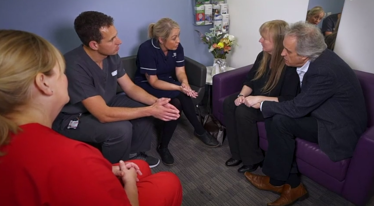 A clinical lead for organ donation and a specialist nurse discuss organ donation with a family